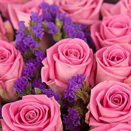 51 розовая роза со статицей