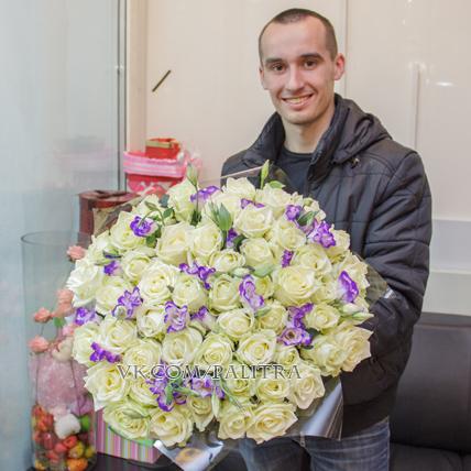 51 белая роза с лизиантусами бело-синими