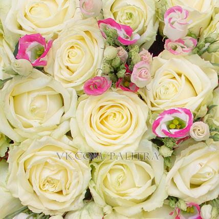 51 белая роза с лизиантусами бело-розовыми