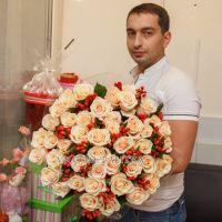 51 кремовая роза с красным гиперрикумом
