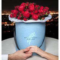 Пионовидные розы «Ред пиано» в коробке Medium