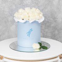 Белые розы в шляпной коробочке