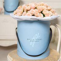 Кустовые розы кремовые в коробке