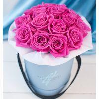 Розовые розы в малой коробке
