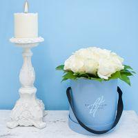 Белые розы в мини-коробке от Bella Fiori