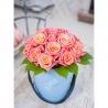 Персиковые розы в малой коробке