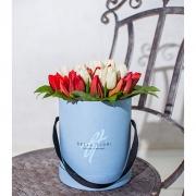Красные и белые тюльпаны в мини-коробке