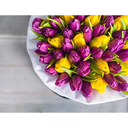 Коробка с фиолетовыми и желтыми тюльпанами