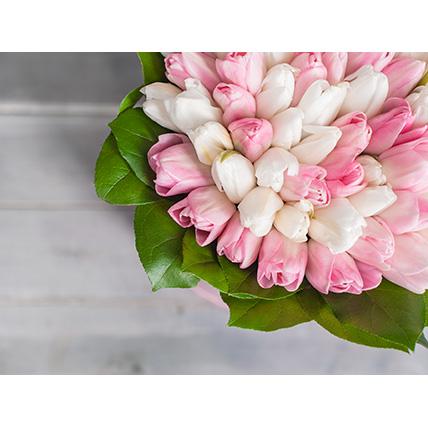 Коробка с белыми и нежно-розовыми тюльпанами