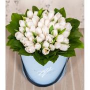 Белые тюльпаны в стильной коробке
