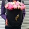 Розовые пионы в черной коробке