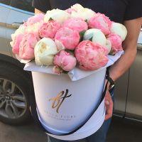 Белые и розовые пионы в премиум коробке