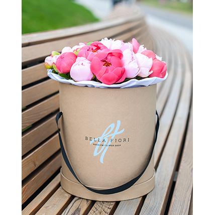 Коробка с коралловыми и розовыми пионами