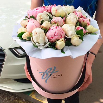 Коробка с розовыми и белыми пионами