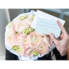 Нежно-розовые ранункулюсы в коробке