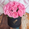 Душистые пионовидные розы в коробке