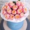 Коралловые пионовидные розы в коробке