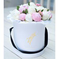 Белые и розовые пионы в коробке Royal
