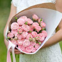 Кустовые пионовидные розы «Мадам Бомбастик» в крафте