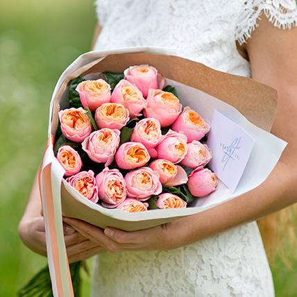 Персиковые пионовидные розы «Вувузела» в крафте