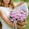Нежно-фиолетовые кустовые розы в крафте