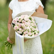 Бледно-фиолетовые кустовые розы в крафте