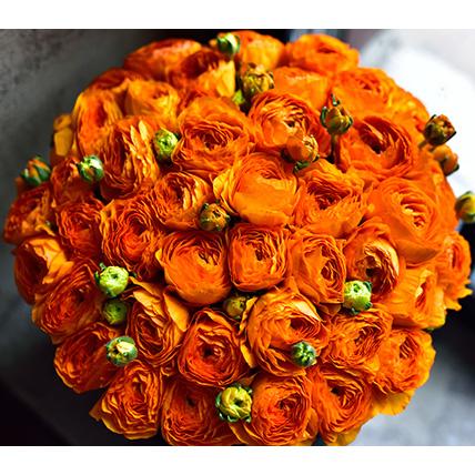 Оранжевые ранункулюсы в коробке Royal