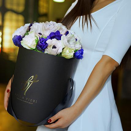 Белые и фиолетовые анемоны в коробке Royal