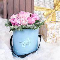Коробка новогодняя с пионами и лапником