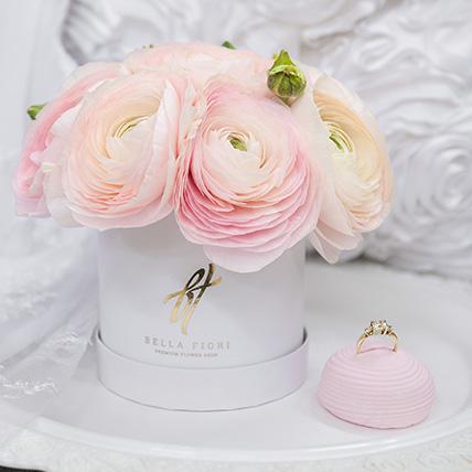 Нежно-розовые ранункулюсы в коробке Baby