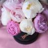 Белые и розовые пионы в коробке Baby