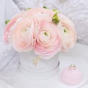 Нежно-розовые ранункулюсы в коробочке Baby