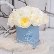 Белые душистые пионовидные розы в коробке Baby