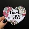 Открытка-сердце «I need a kiss»