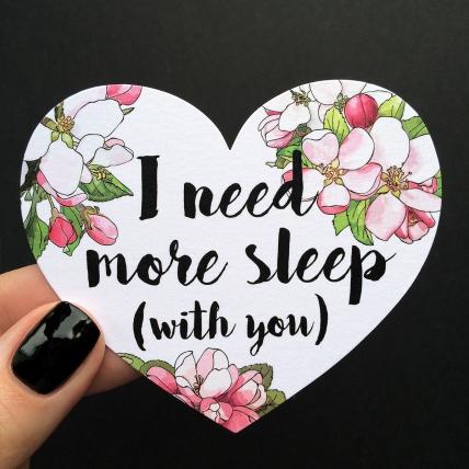 Открытка-сердце «I need more sleep»