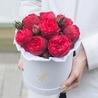 Пионовидные розы «Ред пиано» в белой коробке Small