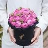 Пионовидные розы «Мисти бабблс» в черной коробке Small