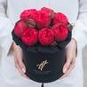 Пионовидные розы «Ред пиано» в черной коробке Small