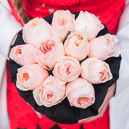 Пионовидные розы Остина «Джульет» в черной коробке Small