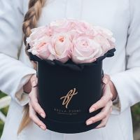 Пионовидные розы Остина «Кейра» в черной коробке Small