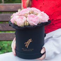 Пионовидные розы «Брайдл пиано» в черной коробке Small