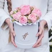 Пионовидные розы «Брайдл пиано» в белой коробке Small
