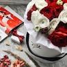 Красные и белые ранункулюсы в белой коробке Royal