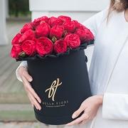 Пионовидные розы «Ред пиано» в черной коробке Royal