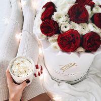 Ранункулюсы и розы «Пиано» в белой коробке Royal