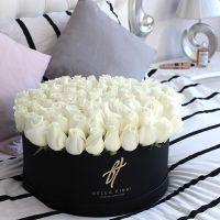 Белые розы в черной коробке DeLuxe