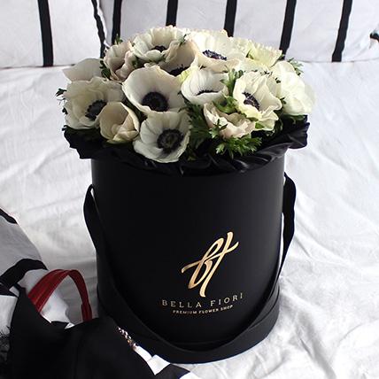 Белые анемоны в черной коробке Royal