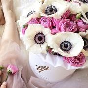 Анемоны с розами «Мисти бабблс» в коробке Royal