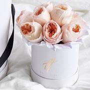 Пионовидные розы Остина «Джульет» в белой коробке Baby