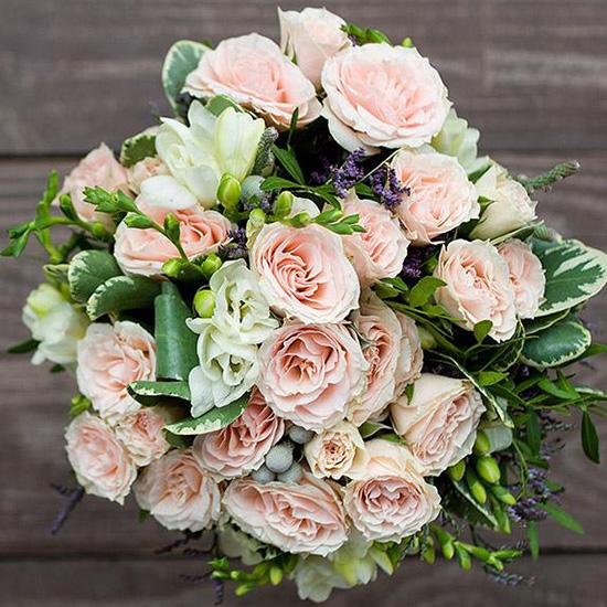 Букет из кустовых роз и фрезии №41